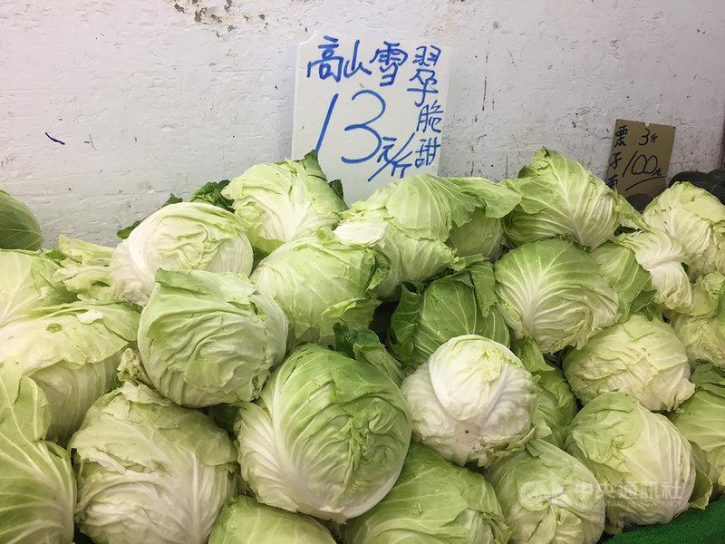 整個秋冬幾乎都過量生產的高麗菜,26日在台北果菜批發市場的交易均價終於回升至新台幣6元,27日達7.1元。農糧署表示,開學後學校食材採購,救了菜價。圖為傳統市場販售的高麗菜。中央社記者楊淑閔攝  110年2月27日