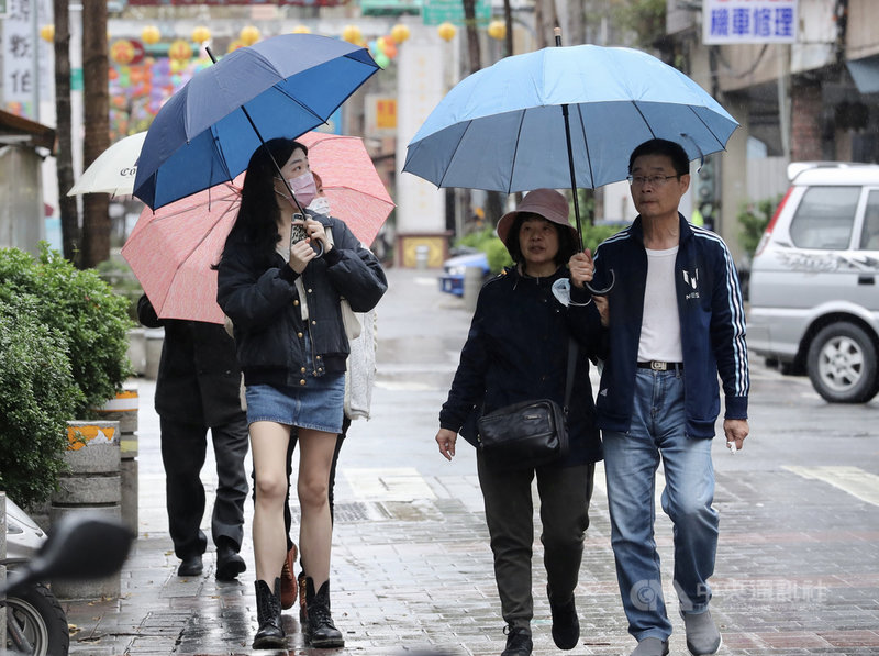 中央氣象局表示,27日受東北季風影響,北部、東半部地區有局部短暫雨,北部高溫約攝氏20度,較26日稍下降約3、4度。中央社記者張皓安攝 110年2月27日