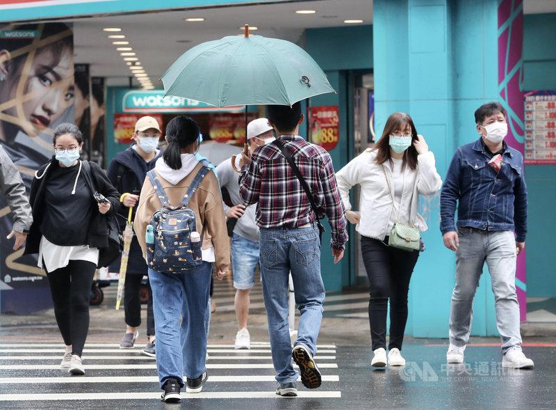 中央氣象局表示,27日受東北季風影響,水氣較多,北部、東半部地區有局部短暫雨。中央社記者張皓安攝 110年2月27日