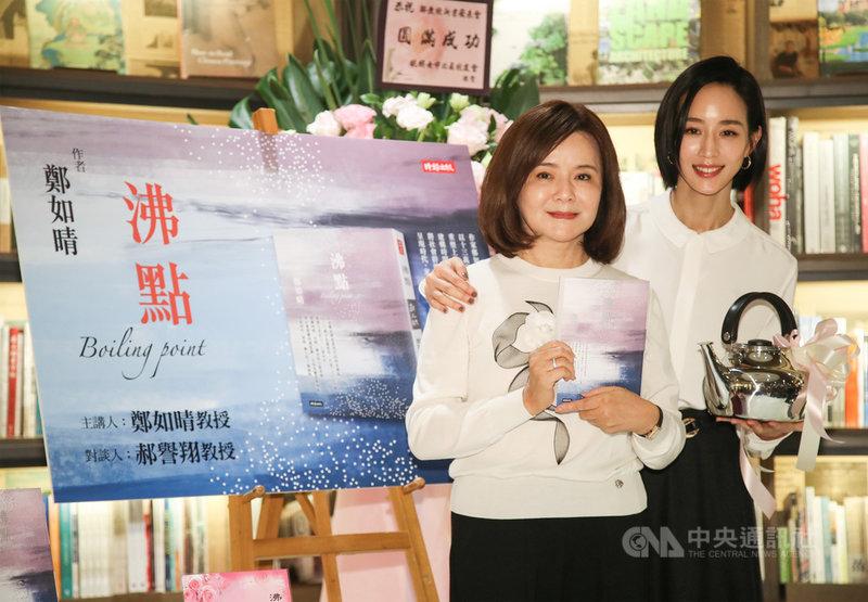 藝人張鈞甯(右)27日在台北出席媽媽、作家鄭如晴(左)的新書分享會,送上禮物為媽媽獻祝福。中央社記者張新偉攝 110年2月27日