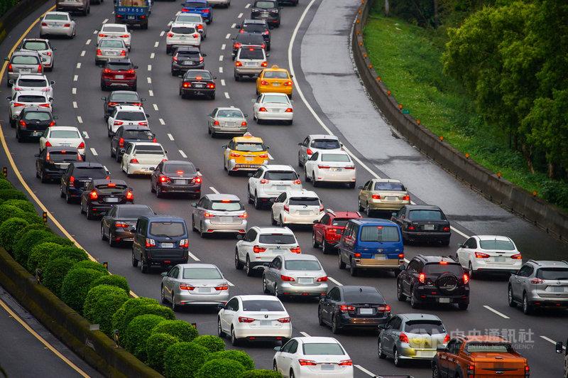 二二八連續假期第一天,國道3號27日上午湧現車潮,土城交流道南下路段出現車多回堵情形。中央社記者王騰毅攝 110年2月27日