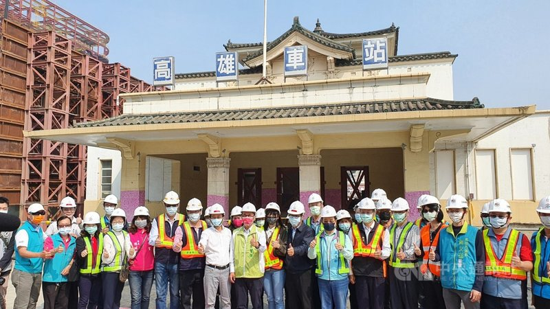 舊火車站高雄願景館將在2021年8月啟動歸寧返回市區中軸線,繼續扮演文化傳承的角色。市府團隊27日上午與願景館合影,期盼城市門戶大變身。中央社記者洪學廣攝  110年2月27日