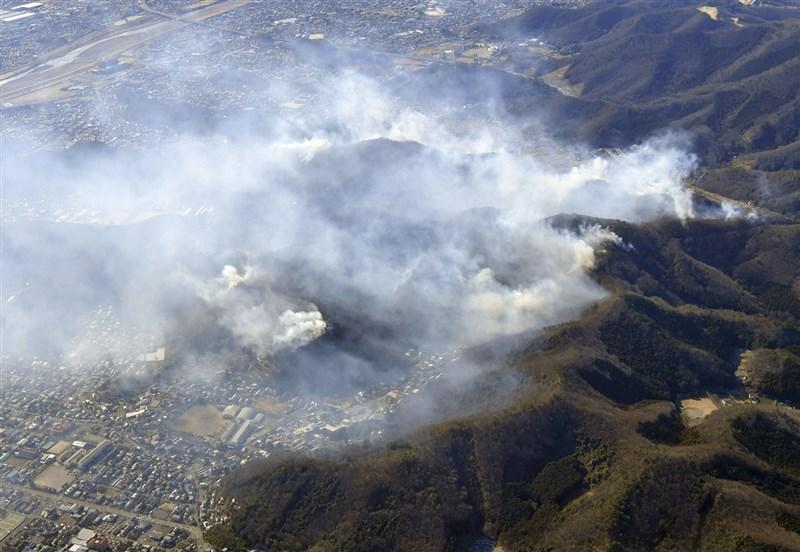 日本櫪木縣足利市山區火災延燒逾百公頃,雖然沒有造成人員傷亡,但位於山中的木造神社建築已全數燒毀。圖為24日空拍畫面。(共同社)