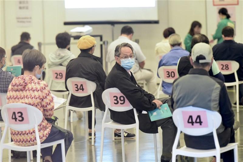 武漢肺炎肆虐全球,香港疫情回升,26日正式展開疫苗施打計畫。圖為26日香港民眾等待接種疫苗。(中新社)