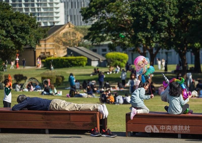 氣象專家吳德榮表示,連假氣溫舒適微熱,3月1日高溫約28至31度;3月2日起有冷空氣南下,北台灣氣溫驟降,高溫約18度。(中央社檔案照片)