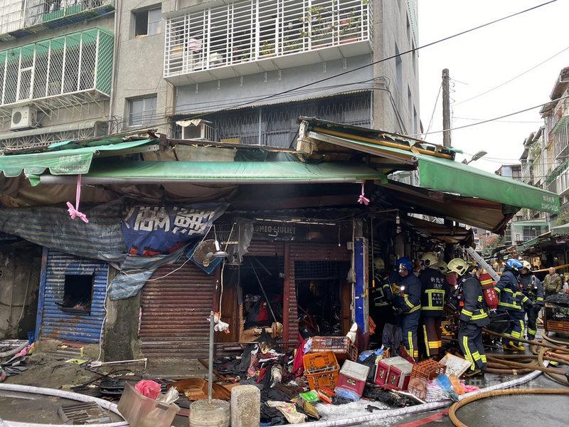 新北市中和區景安路79巷一棟公寓的1樓28日清晨發生火警,警消獲報迅速到場灌救並疏散樓上住戶。(翻攝畫面)中央社記者王鴻國傳真 110年2月28日
