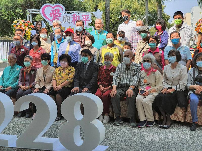 屏東縣政府28日在屏東公園二二八紀念碑前舉辦「愛與和平 迎向希望」紀念音樂會,縣長潘孟安(前左5)與受難者家屬代表合照留念。中央社記者郭芷瑄攝  110年2月28日