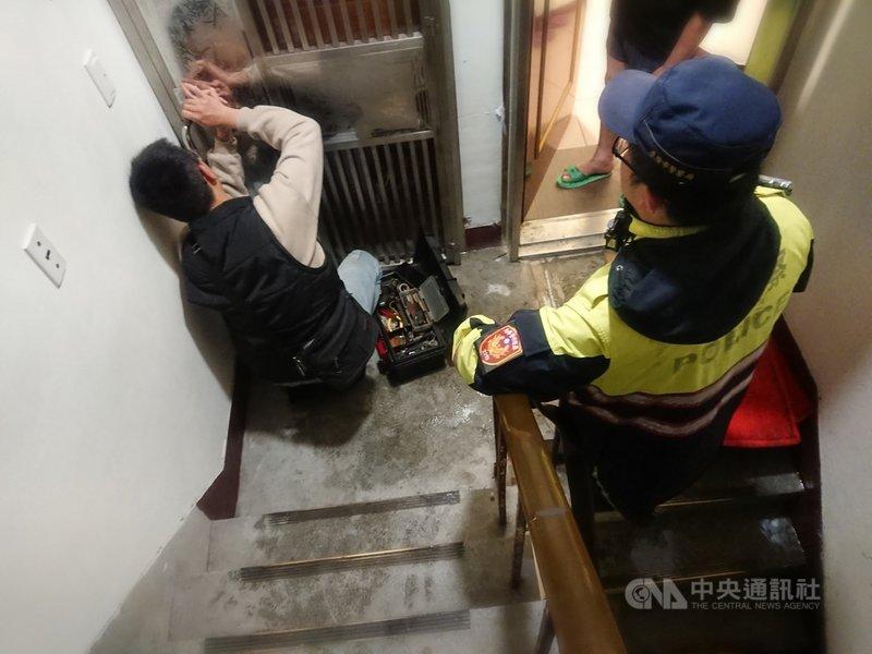 基隆市義二路一間4樓公寓日前深夜洗衣機進水管鬆脫,大量自來水流出,造成樓梯間淹水,由於住戶外出,警方通知家人到場,會同鎖匠協助開門後關閉水龍頭。(讀者提供)中央社記者王朝鈺傳真 110年2月28日