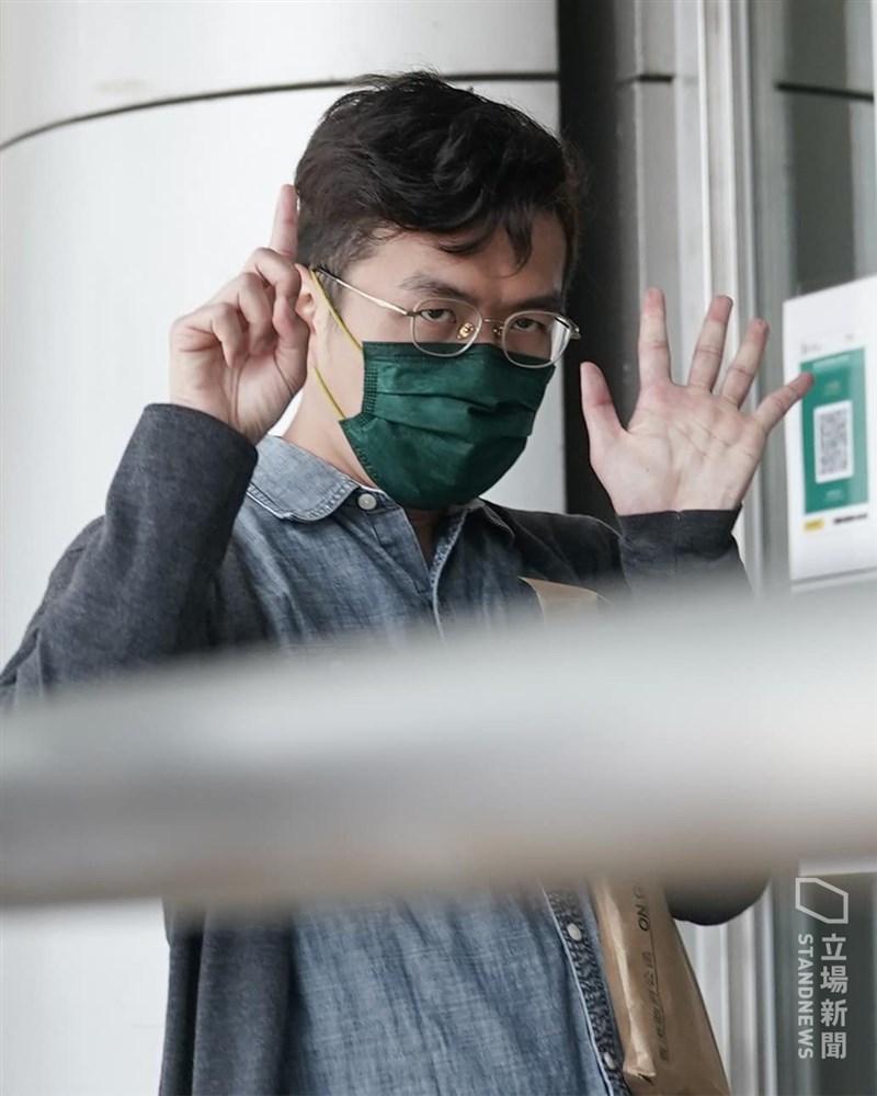 香港警方今年初大舉逮捕了55名泛民主派人士,指控涉嫌違反港區國安法。港媒28日引述消息說,至少30人將被控顛覆國家政權罪。圖為前立法會議員區諾軒28日下午到北角警署報到。(圖取自立場新聞)