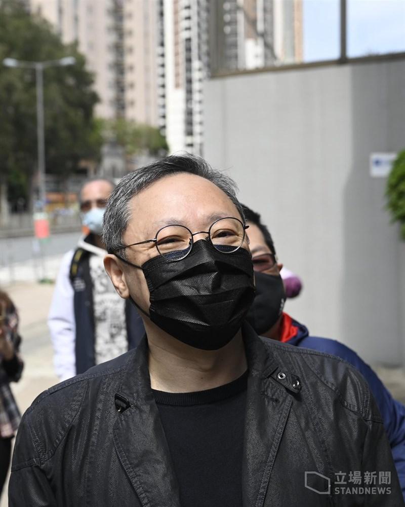 港媒報導,包括前香港大學法律系副教授戴耀廷(前)等47名民主派人士因參與「35+初選」而被控「串謀顛覆國家政權」罪,將於西九龍裁判法院首次聆訊。(圖取自立場新聞)