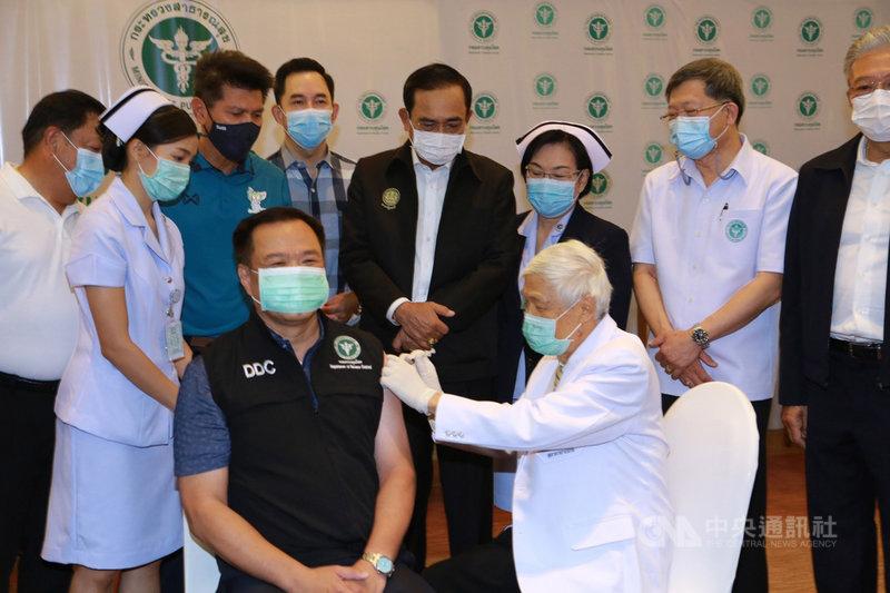 泰國28日開始為政府公務員、警察和醫護人員施打中國科興公司的武漢肺炎疫苗。圖為副總理兼公共衛生部長阿努廷在曼谷率先接種第一劑疫苗。(公共衛生部提供)中央社記者呂欣憓龍仔厝府傳真  110年2月28日