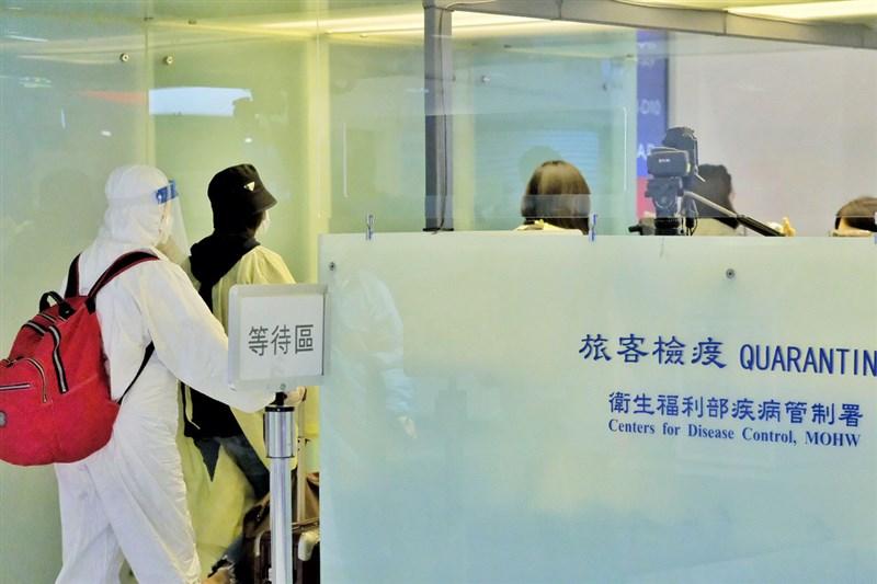 中央流行疫情指揮中心28日公布國內新增1例境外移入COVID-19確定病例,為本國籍20多歲男性(案956)。圖為桃園機場旅客檢疫站。(中央社檔案照片)