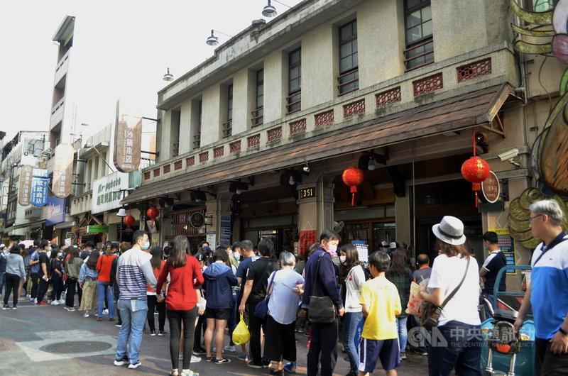 嘉義市區各觀光景點28日湧入大量人潮,許多遊客在嘉義的名店「林聰明沙鍋魚頭」排隊。中央社記者蔡智明攝 110年2月28日