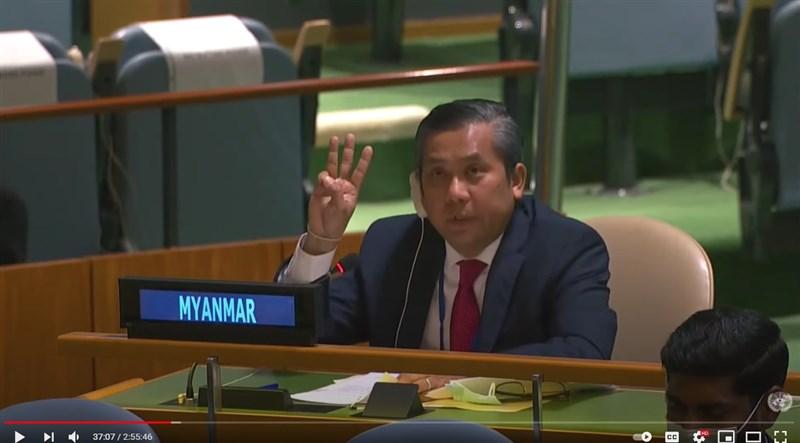 緬甸駐聯合國(UN)大使覺莫敦26日高舉三指向抗爭者致敬,並表示「這場革命務必要贏」。(圖取自United Nations YouTube網頁youtube.com)