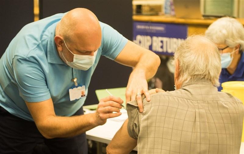 英國境內總共有1970萬人已接種第一劑2019冠狀病毒疾病疫苗,且新增確診和染疫死亡病例都較前一天減少。圖為英國民眾接種疫苗。(圖取自facebook.com/DHSCgovuk)