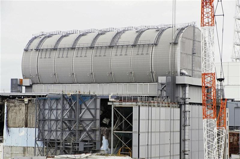 日本東京電力公司28日宣布,已從發生核子事故的福島第一核電廠3號機(圖)「用過核燃料池」中,取出總計566束核燃料,是發生爐心熔毀機組首例。(共同社)