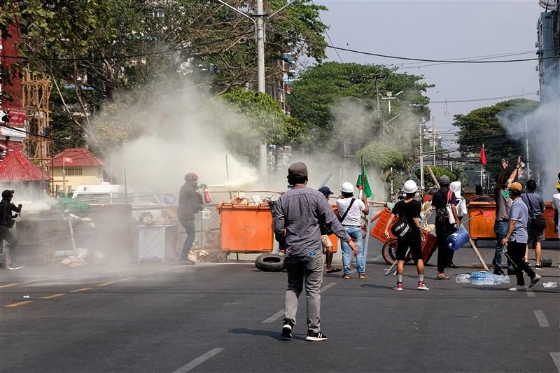 緬甸軍方本月初政變,民眾反政變示威不斷。軍警28日再度動用武力對付示威者,大城市仰光、瓦城被形容跟戰場一樣。圖為27日緬甸示威者設路障抵擋軍警強勢清場。(安納杜魯新聞社)