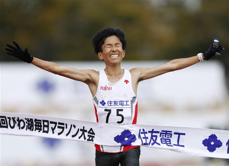 日本「琵琶湖每日馬拉松」28日登場,作為最後一次在琵琶湖畔舉辦的馬拉松賽事,跑者鈴木健吾以驚人的2小時4分56秒刷新日本紀錄。(共同社)