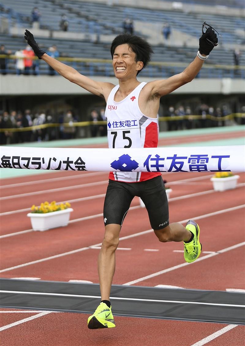 日本馬拉松男跑者鈴木健吾28日以2小時4分56秒刷新日本紀錄,回顧這4年日本男跑者愈跑愈快,4度刷新紀錄。(共同社)
