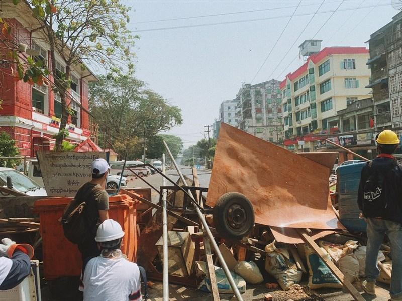 緬甸軍方1日發動政變,第一大城仰光民眾28日持續上街抗議,面臨軍警嚴厲鎮壓,圖為民眾躲在遮蔽物後。(緬甸民眾Karkar提供)中央社記者呂欣憓曼谷傳真 110年2月28日