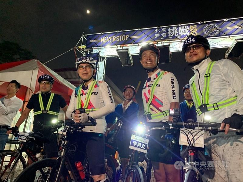 台北市長柯文哲(前右3)28日騎單車挑戰「一日北高」,但因爆胎、疲累等因素行程延誤,比預定時間晚1小時抵達終點高雄市大義國中,現場聚集不少支持者為他加油打氣。中央社記者王淑芬攝 110年2月28日