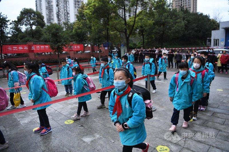 中國多地的小學從2月22日起陸續開學,開學典禮上並將「學黨史」列為重點。圖為重慶市一所小學3月1日開學情景。(中新社提供)中央社  110年3月1日