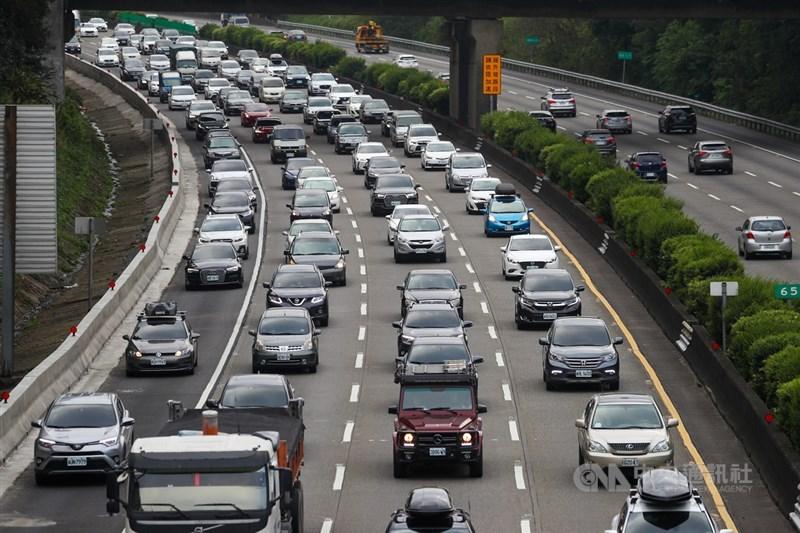 二二八連續假期最後一天,國道3號1日下午湧現北返車潮,龍潭到大溪路段車多壅塞,時速低於40公里。中央社記者王騰毅攝 110年3月1日