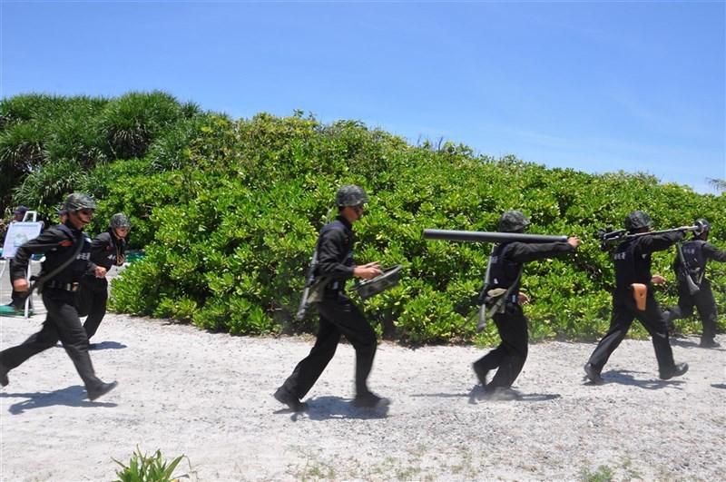面對共機常態化侵擾台灣西南防空識別區,根據海巡署射擊通報,東沙島1日及9日進行第一季火砲對海實彈射擊。圖為過去東沙島海巡官兵戰備演練情形。(中央社檔案照片)