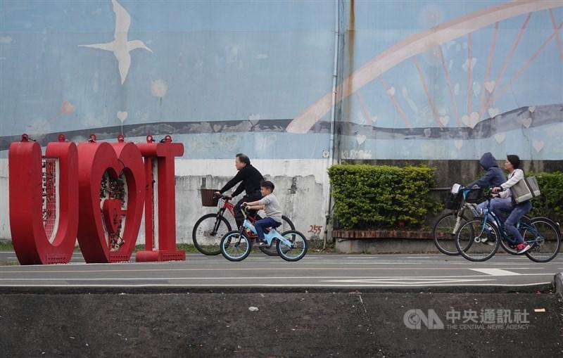 氣象專家吳德榮表示,2日白天北台灣高溫約18度,較1日降10度,預估6日至8日間接連2波鋒面影響,中部以北將有陣雨。(中央社檔案照片)