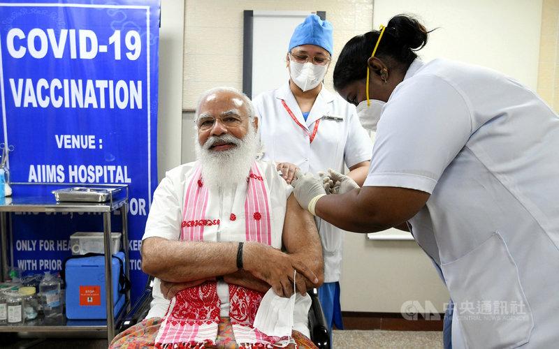 印度總理莫迪1日前往全印度醫院,接受第一劑武漢肺炎疫苗接種,他並推文呼籲有資格接受疫苗接種的民眾,都接受疫苗接種。(印度總理辦公室提供)中央社記者康世人新德里傳真  110年3月1日