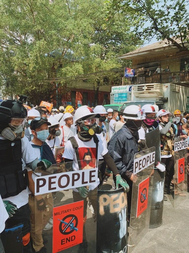 緬甸軍方1日發動政變,第一大城仰光民眾28日持續上街抗議,民眾戴上頭盔手持盾牌自保。(緬甸民眾Karkar提供)中央社記者呂欣憓曼谷傳真 110年2月28日