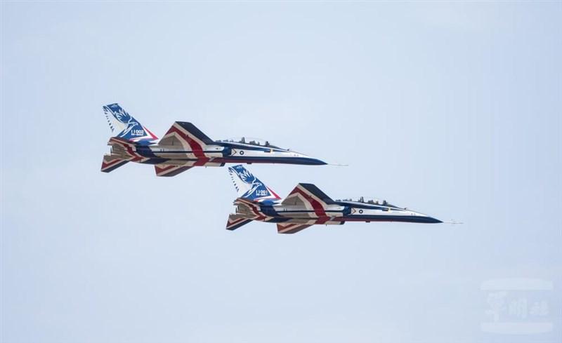 由漢翔研製的2架國造勇鷹高教機2日首次同場亮相。(軍聞社提供)