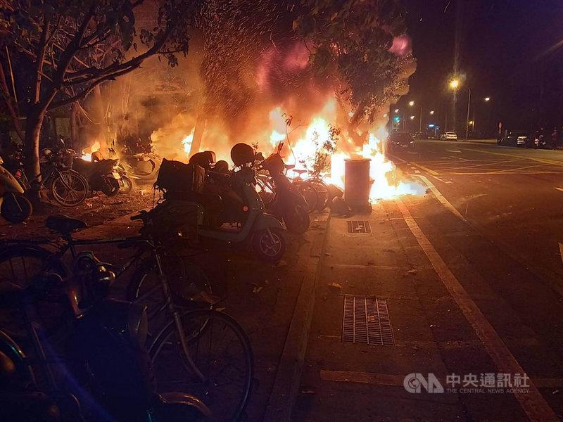 台南市北區公園路2日凌晨發生路邊臨停的機車火警,造成36輛機車全毀或半毀,所幸無人傷亡。(台南市消防局提供)中央社記者張榮祥台南傳真 110年3月2日