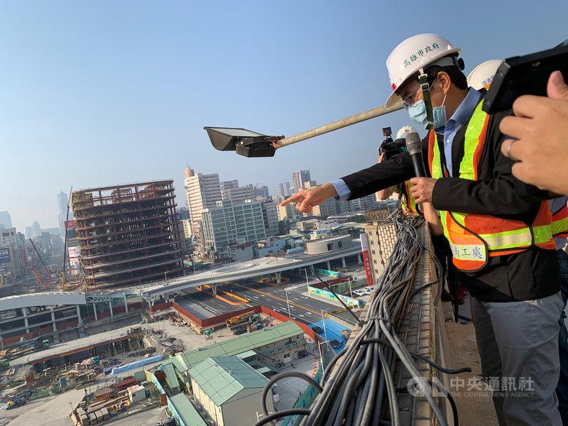 高雄市副市長林欽榮2日上午視察中博高架橋拆除工程進度,要求務必於4日拆完引道鋼梁。中央社記者王淑芬攝  110年3月2日