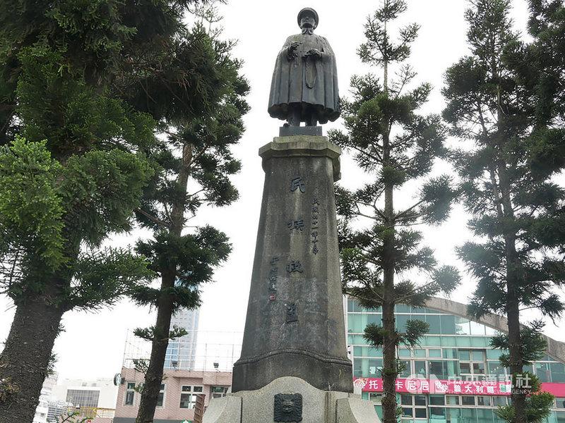 基隆火車站前的蔣中正銅像將自3日上午9時開始拆除,移置慈湖紀念雕塑公園,基隆市長林右昌表示,文化局正邀請文資委員研議基座是否原地保留。圖為110年1月22日資料畫面。中央社記者王朝鈺攝  110年3月2日