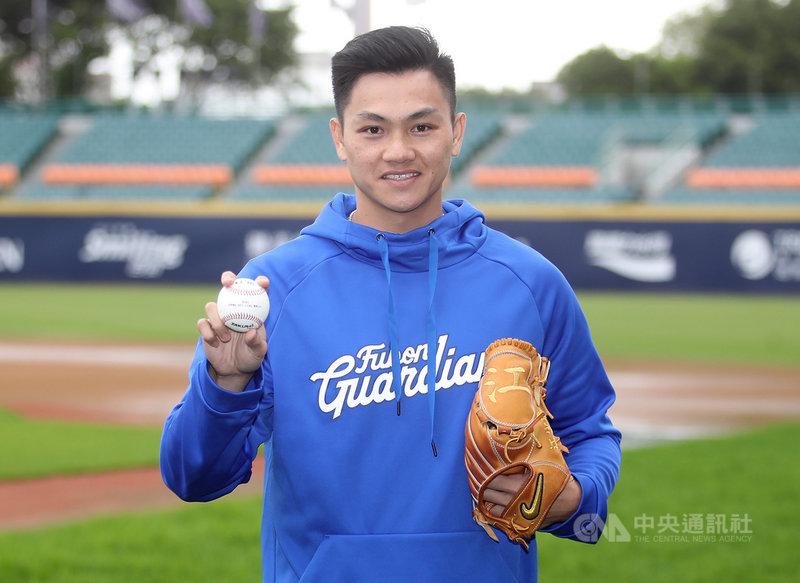 27歲的江少慶2011年加入美職體系,最高升到3A,今年有意投入中職選秀,結束10年旅美生涯。江少慶指出,決定回台灣發展考慮到很多事情,我覺得球員就是需要一個舞台,好好發揮自己的球技。中央社 110年3月2日