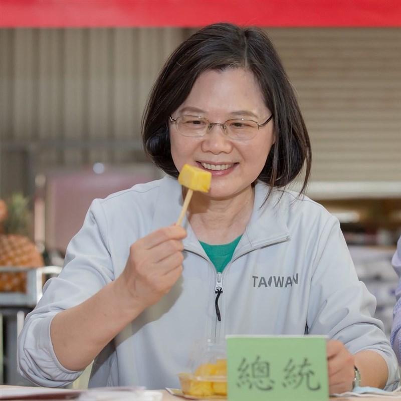 總統蔡英文2日提醒民眾,從3月底、4月初開始,台灣各地、各品種的鳳梨,才正要陸續進入產季。(圖取自instagram.com/tsai_ingwen)