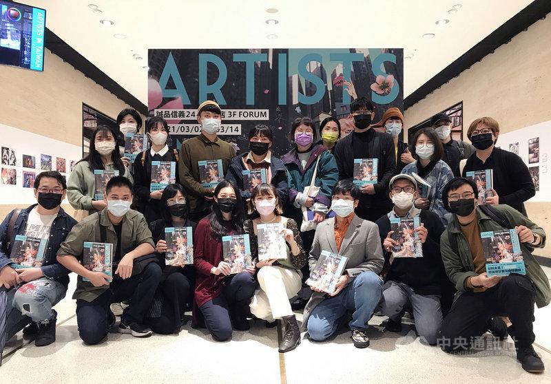 日本漫畫創作平台pixiv海外特展Artists in Taiwan,展出82名優秀台灣創作者作品,2日在誠品信義店開幕,現場近20名台灣創作者出席並留影紀念。(蓋亞文化提供)中央社記者葉冠吟傳真 110年3月2日