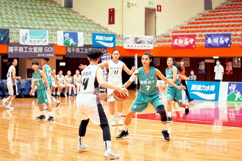 台灣首部女子高中籃球隊連續劇「女孩上場」有別於以往運動題材由演員出演,從百名球員裡海選出18名素人,並替素人球員進行表演課程磨演技。(客家電視台提供)中央社記者葉冠吟傳真 110年3月2日