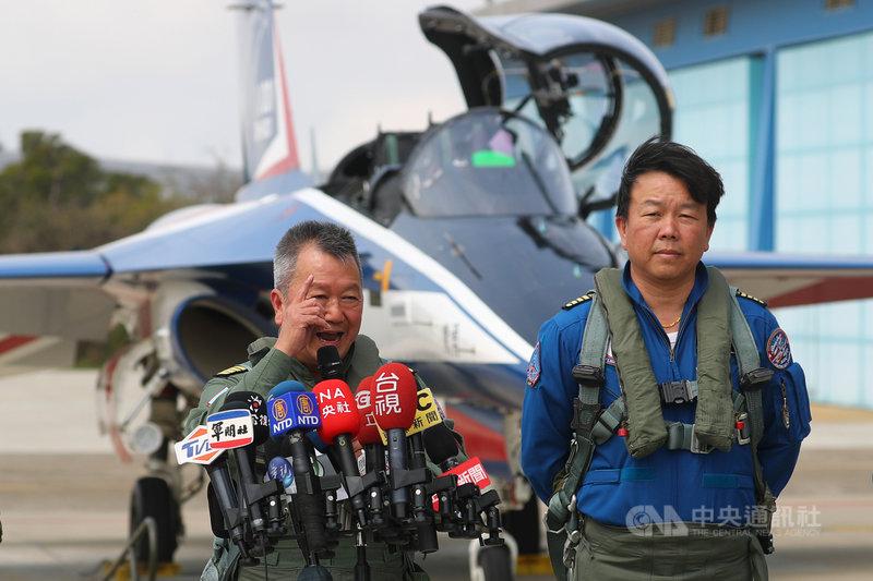 漢翔公司2日舉行新式高教機研發試飛測試同乘記者會,漢翔董事長胡開宏(左)致詞重申國機國造的決心,並透過此次飛行,讓國人知道漢翔能量。中央社記者王騰毅攝  110年3月2日