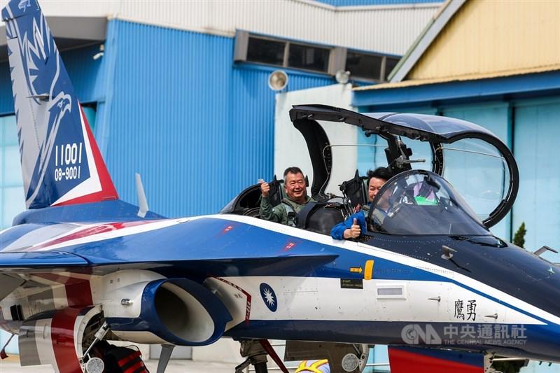 漢翔公司2日舉行「新式高教機研發試飛測試同乘記者會」,董事長胡開宏(後)親自同乘新式高教機勇鷹號體驗性能,試飛後比出大拇指表示肯定。中央社記者王騰毅攝 110年3月2日