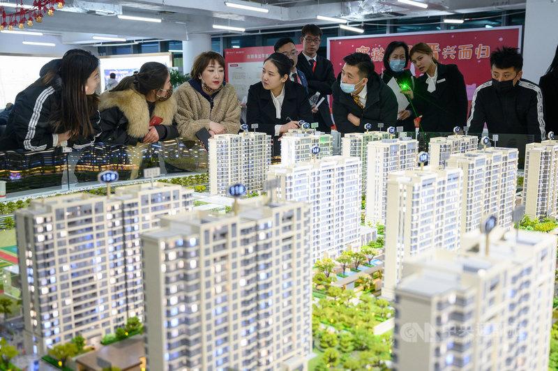 中國銀保監會主席郭樹清2日表示,中國的房地產問題現在金融化、泡沫化傾向還比較強,但他相信房地產問題會逐步得到好轉。中國今年前兩月房市熱絡,圖為山西太原民眾在看預售屋。(中新社提供)中央社 110年3月2日