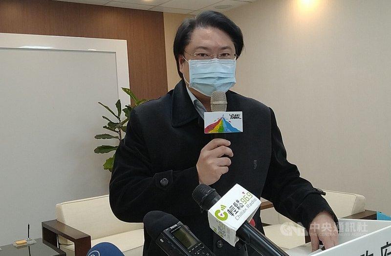 中國暫停進口台灣鳳梨,基隆市長林右昌(圖)2日在市務會議後的記者會表示,很久以來大家都知道「中共一貫就是要以經逼政」,這已不是新鮮事,特別在農業採購上背後也有一定的政治考量。中央社記者王朝鈺攝  110年3月2日
