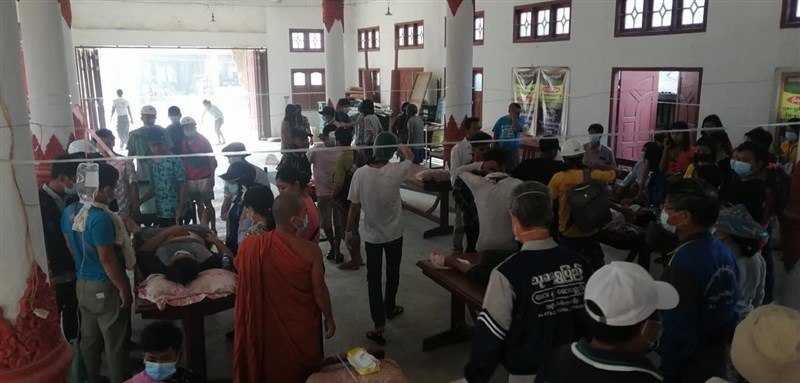 緬甸安全部隊2日在東北部城鎮卡爾對抗議民眾發射實彈,造成20人受傷。圖為當地傷患被送往一間義診站救治。(路透社)