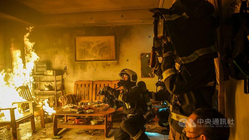 演員溫昇豪在消防職人劇「火神的眼淚」全副武裝,背負超過20公斤的器材進入火場拍攝。(公共電視提供)中央社記者葉冠吟傳真  110年3月2日
