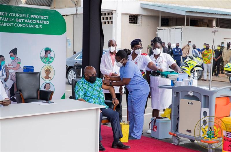 迦納總統阿庫佛艾杜1日接種疫苗全球取得機制提供的疫苗,成為全球第一人。(圖取自facebook.com/nakufoaddo)