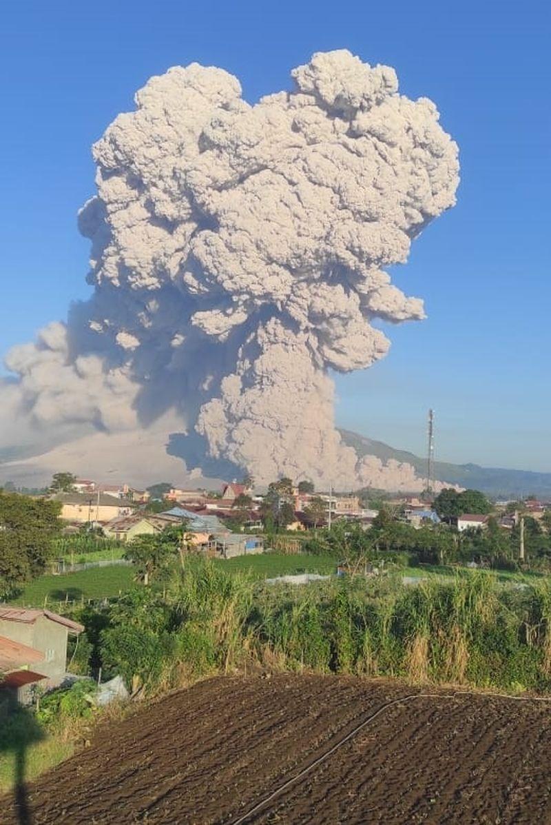 印尼西納彭火山2日噴出3公里高的火山灰雲。(圖取自twitter.com/id_magma)