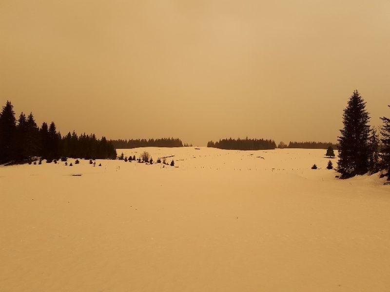 法國61年前在北非進行核試,撒哈拉沙漠的塵土經季風吹到法國,天空變成橘紅色,還測到異於尋常的輻射量。圖為6日法國與瑞士交界的朱拉山區白雪變成橙色。(圖取自ACRO網頁acro.eu.org)