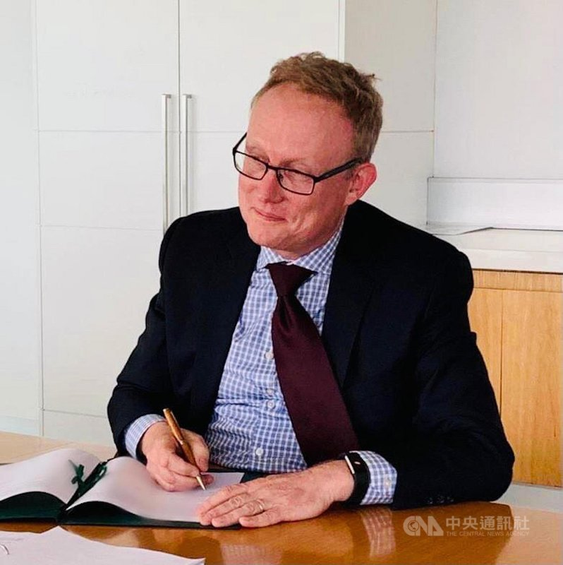 農委會國際處宣布,3日與澳洲農業、水利及環境部副部長David Hazlehurst視訊會議,並簽署「台澳農業合作執行條款」,澳洲也告知農委會在當地種下的荔枝「都長得好好的」,南北半球兩國合作計畫持續進行。(農委會國際處提供)中央社記者楊淑閔傳真 110年3月3日