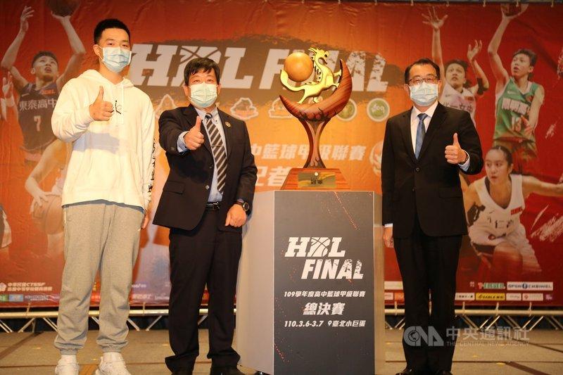 109學年度高中籃球聯賽(HBL)首度以木雕藝術創作,透過純手工打造冠軍獎盃,負責製作的就是去年能仁家商冠軍成員官致佑(左)父子。(大會提供)中央社記者龍柏安傳真 110年3月3日